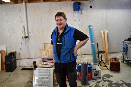 På bild: John-Erik i lokalen vid Lokstallet som håller på att städas ur
