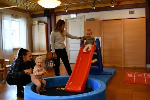 Ida och Maria med barn