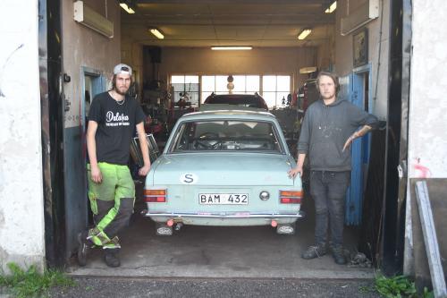 Simon o Putte vid en Ford Cortina från 1967, som väntar på motor och förgasarrenovering.