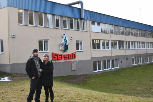 På bild: Martin & Theresia Kolstad utanför Westlings gamla lokaler utanför Vansbro.