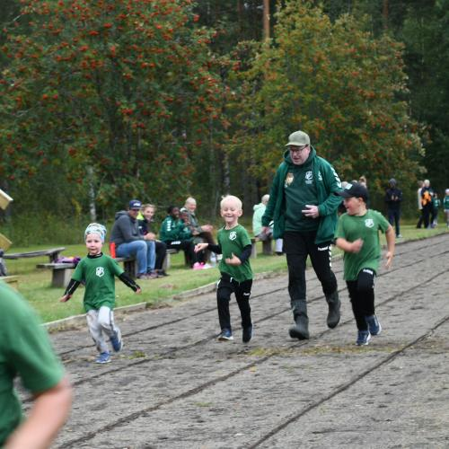 Jon manar på barnen i 60 metersloppet.